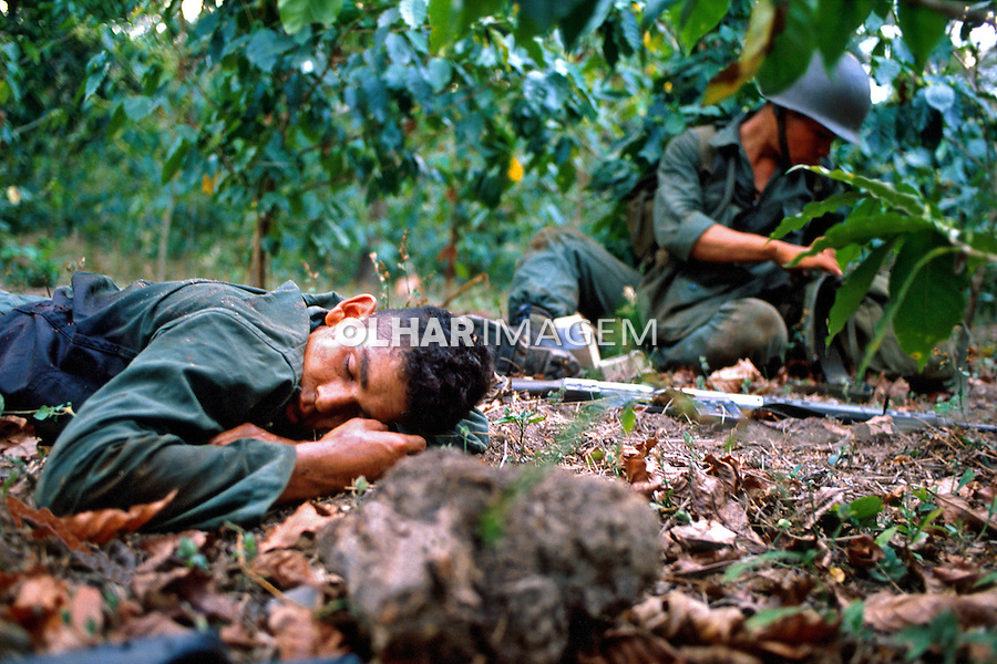 Soldado baleado em combate. Guerra civil de El Salvador. 1981. Foto de Juca Martins.