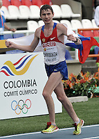 CALI - COLOMBIA - 18-07-2015: Sergey Shirobokov de Rusia, celebra después de ganar la prueba de los 10000 metros en el estadio Pascual Guerrero sede, sede de IAAF Campeonatos Mundiales de la Juventud Cali 2015.  / Sergey Shirobokov of Russia, celebrates after winning the test of 10000  meters in the Pascual Guerrero home of the IAAF World Youth Championships Cali 2015. Photos: VizzorImage / Luis Ramirez / Staff.