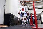 Stockholm 2014-12-01 Ishockey Hockeyallsvenskan AIK - S&ouml;dert&auml;lje SK :  <br /> S&ouml;dert&auml;ljes Robert Carlsson p&aring; v&auml;g till omkl&auml;dningsrummet p&aring; Hovet efter uppv&auml;rmningen inf&ouml;r matchen mellan AIK och S&ouml;dert&auml;lje SK <br /> (Foto: Kenta J&ouml;nsson) Nyckelord:  AIK Gnaget Hockeyallsvenskan Allsvenskan Hovet Johanneshov Isstadion S&ouml;dert&auml;lje SSK portr&auml;tt portrait inomhus interi&ouml;r interior