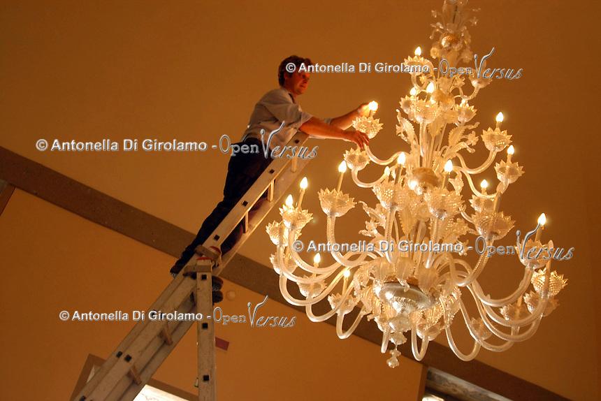 Manutenzione dei grandi lampadari di vetro. Maintenance of large glass chandeliers...Villa Grazioli è un raffinato albergo della catena internazionale Relais & Chateaux..Fu costruita dal Cardinale Antonio Carafa nel 1580 e racchiude tra le sue mura opere d'arte dei maestri del XVI e XVII secolo, Ciampelli, Carracci e G.P. Pannini. .Villa Grazioli is a sophisticated international hotel chain Relais & Chateaux. .It was built by Cardinal Antonio Carafa in 1580 and contains works of art of the sixteenth and seventeenth century, of Ciampelli, Carracci and GP Pannini....