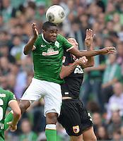 FUSSBALL   1. BUNDESLIGA   SAISON 2013/2014   2. SPIELTAG SV Werder Bremen - FC Augsburg       11.08.2013 Cedrick Makiadi (li, SV Werder Bremen) gegen Sascha Moelders (re, FC Augsburg)
