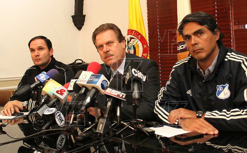 BOGOTA -COLOMBIA- 24 -09-2013.Conferencia de prensa en La Dimayor por la suspensión del partido entre los equipos  Los Millonarios y Atlético Nacional debdido a  los asesinatos de hinchas en Bogotá.De Izquierda a derecha aparecen :Víctor Marulanda ,Gerente General del Atlético Nacional ,Ramón Jesurum ,presidente de La Dimayor y Felipe Gaitán,presidente del equipo Los Millonarios. / The press conference for the suspension of Dimayor match between teams Los Millonarios and Atlético Nacional for the murders of fans in Bogotá.De Left to right: Victor Marulanda, general manager of Atletico Nacional, Ramon Jesurum, president of The Dimayor and Felipe Gaitan, Los Millonarios team president. .Photo: VizzorImage / Felipe Caicedo / Staff