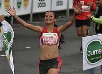 BOGOTÁ -COLOMBIA, 30-07-2017: Ganadora de  la categoría de los 10Km, menores mujeres, durante la media maratón de Bogotá 2017, mmB. Con sus tradicionales 21km, en esta ocasión el ganador en elite varones fue Feyisa Lilesa de Etiopía, con un tiempo de 1h 04m 30s, y en elite mujeres Brigid Kosgei de Kenia con un tiempo de 1h 12m 16s. / Winner  in the 10Km junio womwn category during the half marathon of Bogota 2017, mmB. With its 21Km in this edition the winner was Feyisa Lilesa of Ethiopia in elite men category with a time of 1h 05m 16s, and in elite women the winner was Brigid Kosgei of Kenya with a time of 1h 12m 16s. Photo: VizzorImage/ Gabriel Aponte / Staff