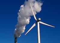 Windmolen en rookpluim bij de Nuon energiecentrale in Amsterdam