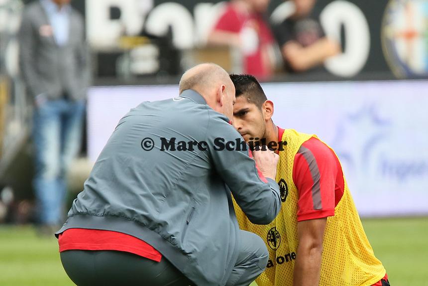 Trainer Thomas Schaaf (Eintracht) mit Carlos Zambrano - Eintracht Frankfurt vs. FC Augsburg, Commerzbank Arena