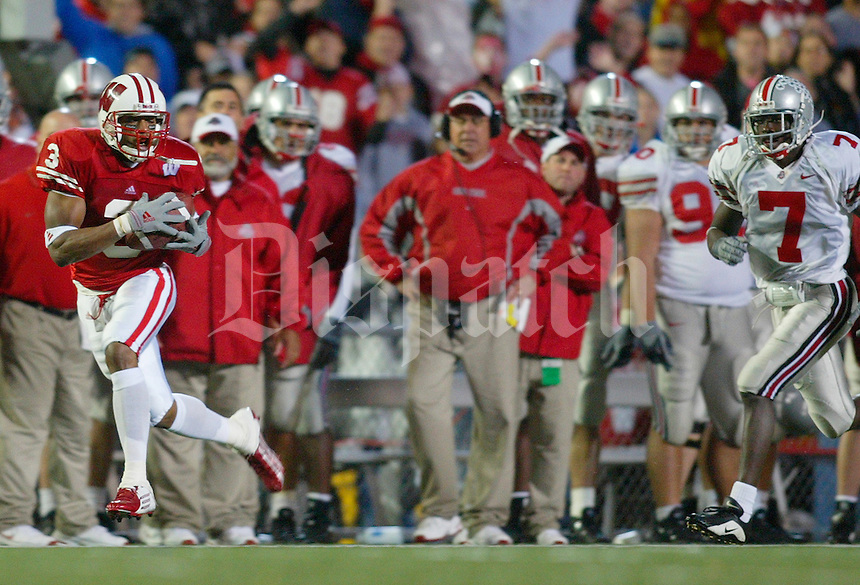 (MM OSUWIS MUNDEN 11OCT03)  Wisconsin #3 Lee Evans beat OSU's Chris Gamble fot the winning TD. (Dispatch photo by Mike Munden)
