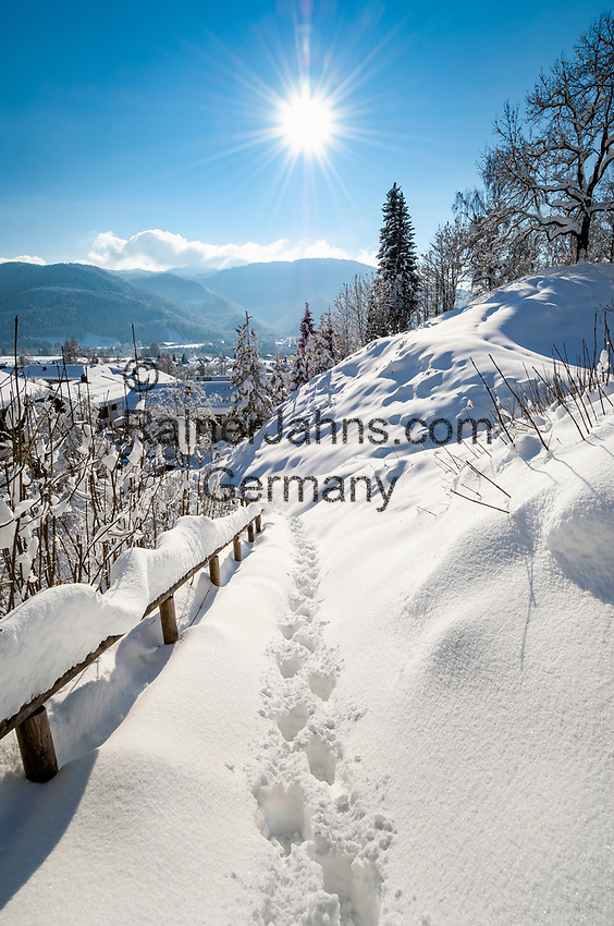 Deutschland, Bayern, Chiemgau, Reit im Winkl: tiefverschneiter Aufgang zum Aussichtspunkt | Germany, Bavaria, Chiemgau, Reit im Winkl: path to view point with footprints in deep snow