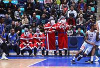 Fans als Weihnachtsmänner feuern die Teams an - 09.12.2017: Fraport Skyliners vs. Eisbären Bremerhaven, Fraport Arena Frankfurt