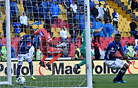 BOGOTÁ-COLOMBIA, 17–08-2019: Wuilker Fariñez de Millonarios no logra detener el cabezazo de John Edison García de La Equidad, al anotar gol de su equipo, durante partido entre Millonarios y La Equidad de la fecha 6 por la Liga Águila II 2019  jugado en el estadio Nemesio Camacho El Campín de la ciudad de Bogotá. / Wuilker Fariñez of Millonarios, fails to stop the head to John Edison Garcia of La Equidad, the goal of his team, during a match between Millonarios and La Equidad of the 6th date for the Aguila Leguaje II 2019 played at the Nemesio Camacho El Campin Stadium in Bogota city, Photo: VizzorImage / Luis Ramírez / Staff.