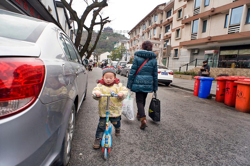 Un bambino sulla sua bicicletta.<br /> A boy on his bicycle