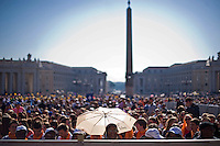 Fedeli in Piazza San Pietro assistono all'udienza generale del Papa. Faithful waiting for the general audience of Pope Francis in St. Peter's Square.