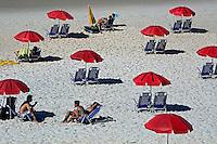 Cadeiras e guarda-sol na Praia de Grumari. Rio de Janeiro. 2014. Foto de Rogerio Reis.