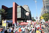 SAO PAULO SP 11 de julho 2013-SP -A Central Única dos Trabalhadores (CUT), a Força Sindical e outras centrais sindicais brasileiras realizam greve e manifestações nesta quinta-feira (11), na Av. Paulista em São Paulo (SP), e em todo o país, com paralisação nos transportes públicos e bloqueio de rodovias. Eles reivindicam redução da jornada de trabalho para 40h semanais, sem redução de salários, 10% do PIB para a educação, 10% do orçamento da união para a saúde, transporte público e de qualidade, entre outros. .    ADRIANO LIMA / BRAZIL PHOTO PRESS).