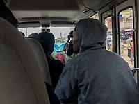 160 nigerianische Migranten kamen am 12.7.2018 aus Libyen in Lagos, Nigeria an. Unter ihnen Isaac U. (29) aus Lagos, rechts in einem Bus am Tag nach der Ankunft