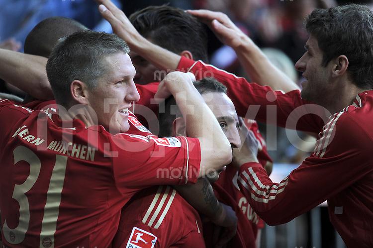FUSSBALL   1. BUNDESLIGA  SAISON 2011/2012   9. Spieltag FC Bayern Muenchen - Hertha BSC Berlin          15.08.2011 JUBEL nach dem TOR  Bastian Schweinsteiger , Franck Ribery , Thomas Mueller (v. li., FC Bayern Muenchen)