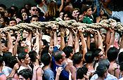 Promesseiros carregam a corda em pagamento as promessas feitas a Nossa Senhora de Nazar&eacute; no decorrer da prociss&atilde;o que ocorre a mais de 200 anos em Bel&eacute;m. As estimativas s&atilde;o de mais de 1.500.000 pessoas acompanhem &agrave; prociss&atilde;o.<br />Bel&eacute;m-Par&aacute;-Brasil<br />08/10/2000<br />&copy;Foto: Paulo Santos/Interfoto.