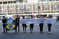 SAO PAULO, SP, 10 DE DEZEMBRO DE 2012 - jovens com cartazes protestam por melhor educacao, Avenida Paulista, regiao central da capital, na manha desta segunda feira, 10 . FOTO: ALEXANDRE MOREIRA - BRAZIL PHOTO PRESS.
