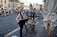 Roma 6 Agosto 2014<br /> Sono tornati per pochi minuti i dehors a Piazza Navona. I titolari dei ristoranti  hanno deciso di alzare le saracinesche e ripristinare gli spazi esterni, ma posizionando i tavolini nel rispetto dei limiti imposti dalle concessioni del comune di Roma. Ma gli agenti della municipale li hanno bloccati: &quot;Non sono autorizzati&quot;.Un l ristorante i chiude per ordine della Polizia Municipale,perch&egrave; non in regola con  i limiti imposti dalle concessioni del comune di Roma.<br /> Rome August 6, 2014 <br /> They came back for a few minutes the dehors in the Piazza Navona. The owners of the restaurants have decided to raise the  rolling shutter and restore the dehors, but by placing the tables within the limits imposed by the concessions of the city of Rome. But the agents of the municipal blocking them: &quot;They are not unauthorised &quot;. Tre Tartufi Restaurant close,  by order of the Municipal Police, why do not comply with the limits imposed by the concessions of the city of Rome.