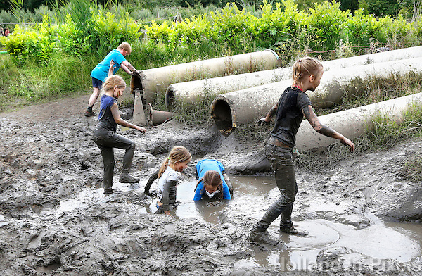 Nederland Almere 2016 .  Internationale Modderdag. Kinderen vermaken zich met modder en water bij outdoorpark SEC Survivals tijdens de Internationale Modderdag. Foto Berlinda van Dam / Hollandse Hoogte