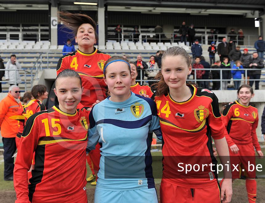 Belgie U17 - Duitsland U17 : Jody Vangheluwe , Diede Lemey , Bieke Vandenbussche met achterin de springende Jolien Varewyck .foto DAVID CATRY / Vrouwenteam.be