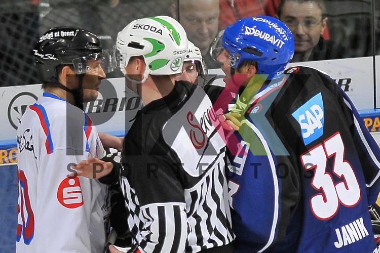 Zwiegespraech von Nuernbergs Connor James (Nr.20) und Mannheims Janik Jr. Douglas (Nr.33)  beim Spiel in der DEL, Adler Mannheim - Nuernberg Ice Tigers.<br /> <br /> Foto &copy; Ice-Hockey-Picture-24 *** Foto ist honorarpflichtig! *** Auf Anfrage in hoeherer Qualitaet/Aufloesung. Belegexemplar erbeten. Veroeffentlichung ausschliesslich fuer journalistisch-publizistische Zwecke. For editorial use only.