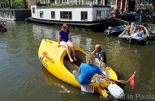 Nederland Amsterdam 2015 08 20 . Pieremachocheltocht met zelfgemaakte en bijzondere bootjes door de Amsterdamse grachten, tijdens Sail