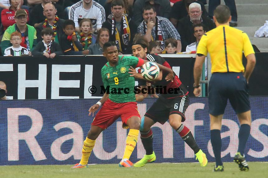 Samuel Eto'o (CAM) gegen Sami Khedira (D) - Deutschland vs. Kamerun, Mönchengladbach