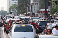 SAO PAULO, SP, 29.11.2013 -  TRANSITO AV PAULISTA - SP -  Transito intenso na Avenida Paulista nesta sexta-feira (29) (Foto: Marcelo Brammer / Brazil Photo Press).