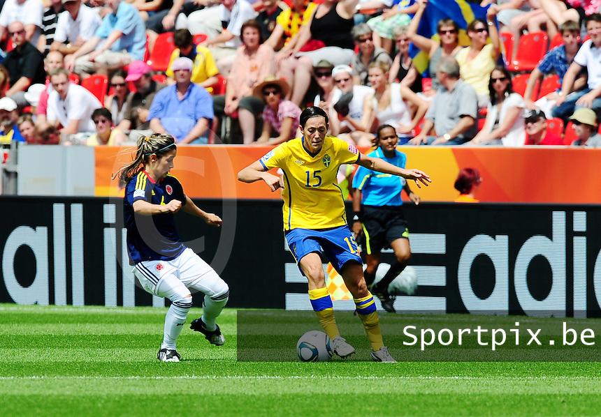 Fifa Women's World Cup Germany 2011 : Colombia - Sweden at Bayarena Leverkusen : Therese Sjogran aan de bal voor Daniela Montoya.foto DAVID CATRY / Vrouwenteam.be