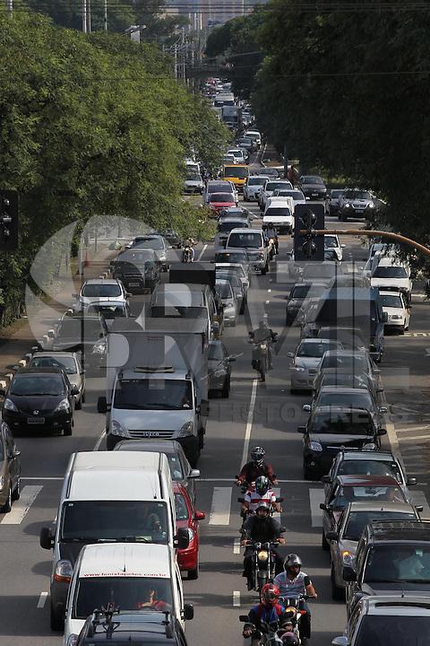 SAO PAULO, SP, 10/01/2014, TRANSITO. O corredor Norte/ Sul tem transito intenso na altura da Av. Tiradente no bairro do Bom Retiro, na manha dessa sexta-feira (10). Luiz Guarnieri / Brazil Photo Press.