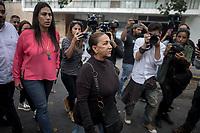 """CAR103. CARACAS (VENEZUELA) - Aura Perez (c), tía de Oscar Pérez, camina en las inmediaciones de la morgue este miércoles 17 de enero del 2018, en Caracas (Venezuela). Los familiares de las 7 personas calificadas de """"terroristas"""" por el Gobierno del preside venezolano, Nicolás Maduro, que murieron el lunes en un operativo militar contra el grupo armado liderado por el expolicía rebelde Óscar Pérez exigieron poder ver los cuerpos de sus seres queridos. EFE/Miguel Gutiérrez"""