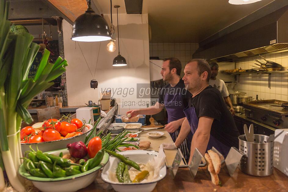 Europe,France,Ile-de-France,75004 ,Paris: Restaurant Miznon (Eyal Shani) 22, rue des Ecouffes, 75004  : pitas d'anthologie - En cuisine