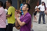 Dans la cour face à la statue de Tsongkapa, fondateur des bonnets jaunes.
