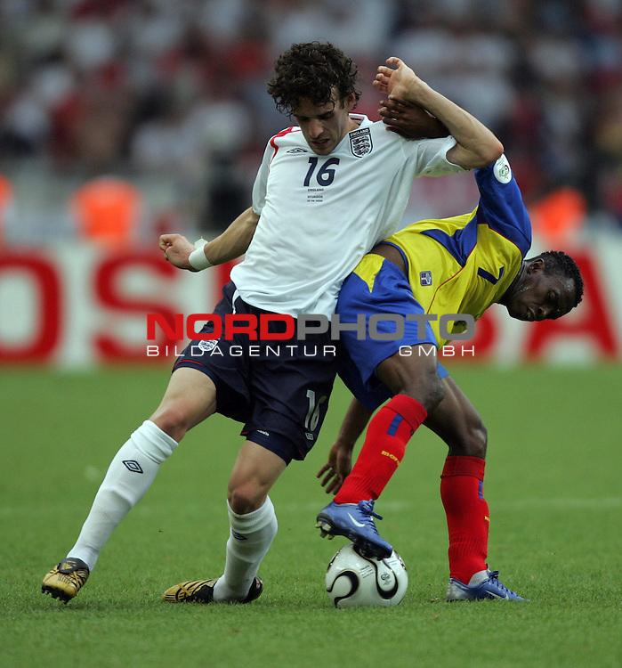 FIFA WM 2006 -  Round of Sixteen - / Achtelfinale<br /> Play    #51 (25-Jun) - England vs Ecuador<br /> <br /> Owen Hargreaves (links) von England im Zweikampf mit <br /> Christian Lara (rechts) von Ecuador.<br /> <br /> Foto &copy; nordphoto