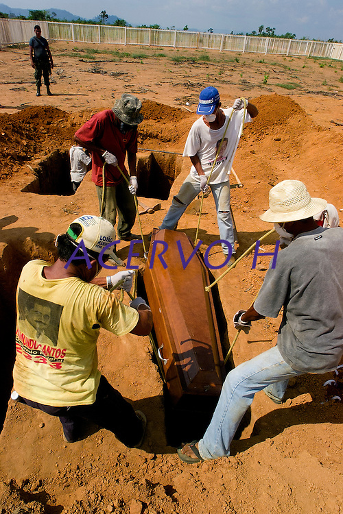 """Os corpos de seis dos 8 mortos assassinados em uma fazenda a cerca de 180 km de Sao Felix do Xingu no dia 12/09/2003 comecaram a ser enterrados nesta tarde no cemiterio da cidade apos ficare expostos durante toda manh"""" ao lado do aeroporto, apenas um deles contem identificaÁ""""o na urna. <br /> Sao Felix do Xingu, Para, Brasil<br /> 17/09/2003<br /> Foto Paulo Santos/Interfoto"""