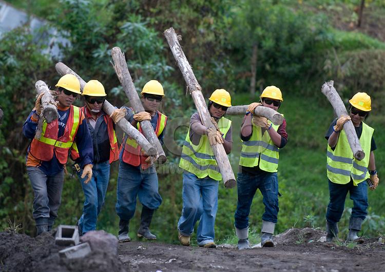 Construccion de una  escuela en Otavalo, Ecuador, con cooperacion de la empresa Lafarge Cementos