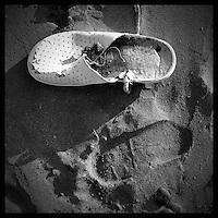 """Never been alive.<br /> Progetto nato per segnalare la presenza di rifiuti rinvenuti sulla spiaggia di Posto Vecchio, Marina di Salve, nel febbraio 2013. <br /> Posto Vecchio è Bandiera Blu ma la presenza di bottiglie di plastica disseminate sulla spiaggia offuscano l'immagine della località. Il concept del progetto è """"quello che abbandoniamo nel mare, il mare lo restituisce sempre"""" e cerca di sensibilizzare la gente (siano essi villeggianti o autoctoni) a rispettare l'ambiente che ci ospita: troppo spesso la maleducazione deposita le proprie tracce.<br /> Il progetto è stato sviluppato interamente con un Iphone 4s e post-prodotto con software installati sul dispositivo."""