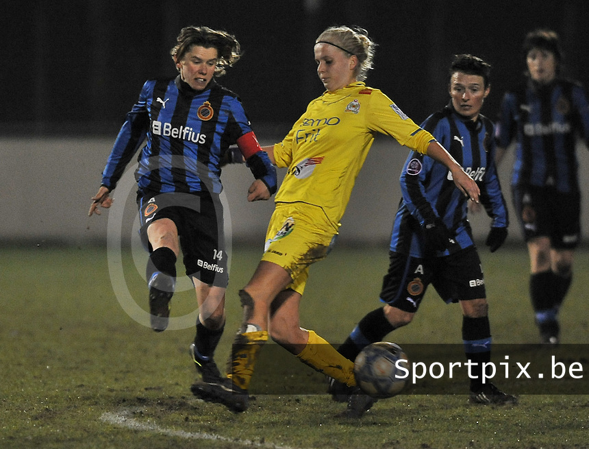 Club Brugge Dames - WB Sinaai Girls : duel tussen Angelique De Wulf en Sofie Van Troyen.foto DAVID CATRY / Vrouwenteam.be