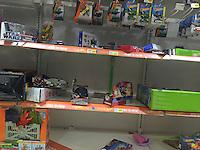 Quer&eacute;taro, Quer&eacute;taro. 5 de enero de 2016.- Los Reyes Magos vaciaron literalmente, las estanter&iacute;as en las tiendas departamentales en la secci&oacute;n de juguetes en la v&iacute;spera de la llegada de los Santos Reyes Magos.<br /> <br /> Ofertas tanto en plazas calles, tianguis y tiendas departamentales se pueden encontrar desde el d&iacute;a tres hasta el seis.<br /> <br /> Esta tradici&oacute;n de los Reyes Magos dicta que a los ni&ntilde;os se les llenan The presentes como significado de los regalos brindados por tres Reyes de Oriente y recibidos por el ni&ntilde;o Jes&uacute;s de Nazaret a su nacimiento. De acuerdo con la tradici&oacute;n judeocristiana  cat&oacute;lica.<br /> <br /> Foto: Demian Ch&aacute;vez