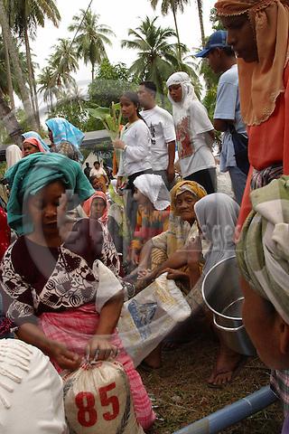 Die Ueberlebenden Einwohner von LHOKNGA westlich von Banda Aceh sind in einem Fluechtlingslager untergekommen. Die Kleinstadt mit ihren anliegenden Doerfern wurde voellig vom Tsunamie zerstoert. .Fluechtlinge bei der verteilung von Reisrationen im Camp...The surrivors from LHOKNGA  west of Banda Aceh, went to a refugeescamp, which they made up on a place which was not hit by the Tsunamie. Here they wait online for foodsubly.. ..Murat Tueremis.Sigmaringer Str. 14.D-50935 Koeln.Germany.+49-171-5437080.email: murattueremis@t-online.de..B a n k v e r b i n d u n g.D r e s d n e r   B a n k   A G  K o e l n.B L Z : 37080040.K o n t o -N r: 03 399 679 00