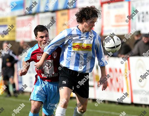 2009-03-22 / Voetbal / Lyra - Geel-Meerhout / Martyn Plessers (Geel-Meerhout) met een aandringende Elio Baldi in de rug..Foto: Maarten Straetemans (SMB)