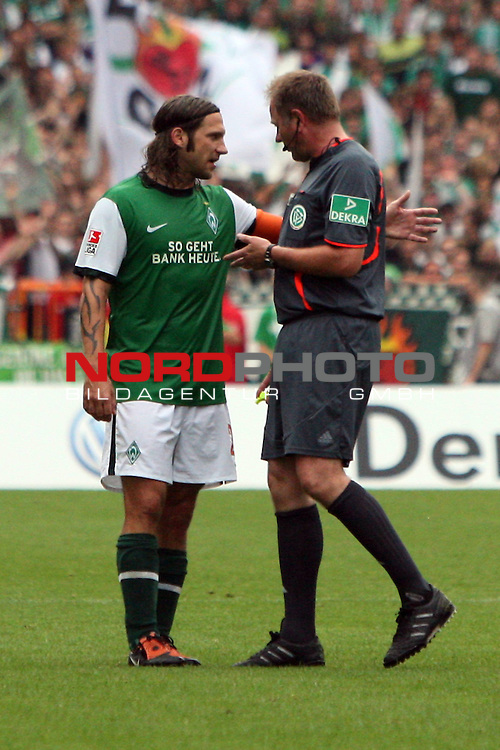 1. FBL 2009/2010 Werder Bremen Eintracht Frankfurt 08.08.2009 Spiel 1 Erster Spieltag Hinrunde Weserstadion<br /> <br /> Werder Bremen - Eintracht Frankfurt 2:3 (2:2)<br /> <br /> Torsten Frings (GER Werder Bremen #22) diskutiert mit Scheidsrichter Dr. Helmut Fleischer (Sigmertshausen). Hochformat. Emotionen.<br /> <br /> Foto &copy; nph ( nordphoto ) *** Local Caption *** *** Local Caption ***<br /> <br /> Fotos sind ohne vorherigen schriftliche Zustimmung ausschliesslich fŁr redaktionelle Publikationszwecke zu verwenden.<br /> <br /> Auf Anfrage in hoeherer Qualitaet/Aufloesung