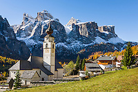 Italy, South Tyrol (Trentino-Alto Adige), Colfosco in Badia: with parish church and Sella Group | Italien, Suedtirol (Trentino-Alto Adige), Kolfuschg (Colfosco in Badia): mit Pfarrkirche vor Sellagruppe
