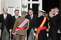 MADRI, ESPANHA, 06 JANEIRO 2013 - PARADA MILITAR ANO NOVO - O Rei da Espanha Juan Carlos (de costas) comprimenta o primeiro Ministro Mariano Rajoy durante Parada Militar do Ano Novo no Palacio Real de Madri capital da Espanha, neste domingo, 06/01/2013. (FOTO: MIGUEL CORDOBA / ALFAQUI / BRAZIL PHOTO PRESS).