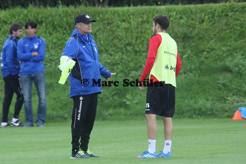 Neuzugang Tranquillo Barnetta (Eintracht) bekommt ein Leibchen der ersten Mannschaft von Trainer Armin Veh