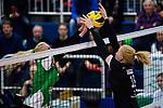 03.12.2017, Halle Berg Fidel, Muenster<br />Volleyball, Bundesliga Frauen, Normalrunde, USC MŸnster / Muenster vs. Rote Raben Vilsbiburg<br /><br />Block Mareike Hindriksen (#2 Muenster) - Leonie Schwertmann (#18 Vilsbiburg)<br /><br />  Foto &copy; nordphoto / Kurth