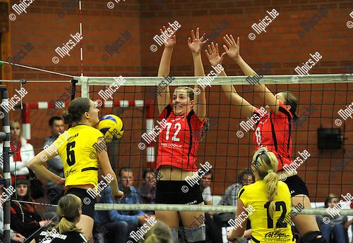 2010-10-16 / Volleybal / seizoen 2010-2011 / Zandhoven - Smash Oud-Turnhout / Hoebink slaagt er niet in het blok van Vanhengel (12) en Delaet te passeren..Foto: Mpics