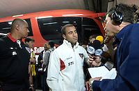 ATENÇÃO EDITOR: FOTO EMBARGADA PARA VEÍCULOS INTERNACIONAIS - SÃO PAULO, SP, 28 DE NOVEMBRO DE 2012 - COPA SULAMERICANA - SÃO PAULO x UNIVERSIDAD CATÓLICA: Jogador Lucas chega ao Morumbi para a partida São Paulo x Universidad Católica, válida pela semifinal da Copa Sulamericana no Estádio do Morumbi em São Paulo. FOTO: LEVI BIANCO - BRAZIL PHOTO PRESS