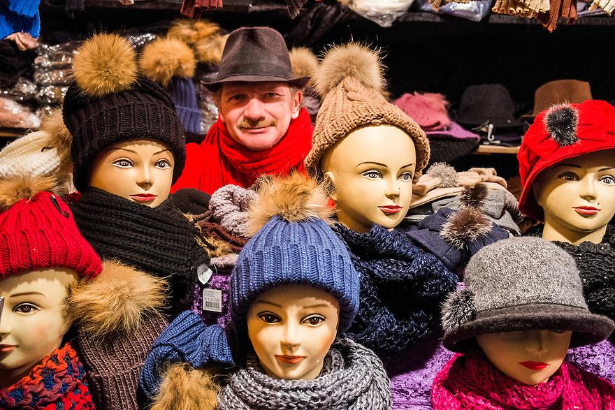 Nederland, Amsterdam, 11 jan 2014<br /> Kerstmarkt. Kraamhouder in kerstkraam op kerstmarkt op het damrak in Amsterdam, verkoopt mutsen..  <br /> <br /> Foto: Michiel Wijnbergh