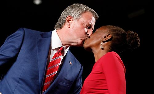 El alcalde de la ciudad de Nueva York, Bill de Blasio (i), besa a su esposa, Chirlane McCray (d)
